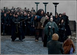 De Slag om Zweinstein - De dooddoeners, Voldemort & Hagrid komen de binnenplaats opgewandeld.jpg