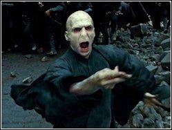 De Slag om Zweinstein - Voldemort woedend nadat Harry niet dood blijkt te zijn.JPG
